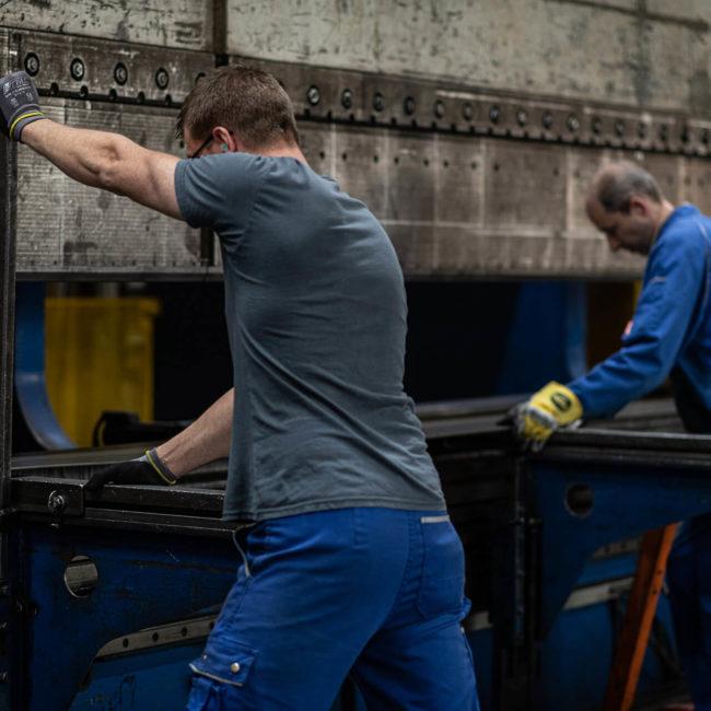 Mitarbeiter beim Kanten von Stahl