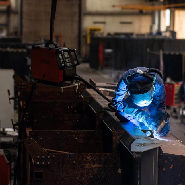 Mitarbeiter beim Schweißen von Stahl