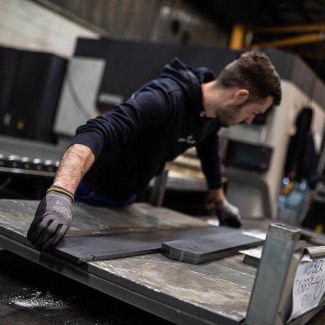 Mitarbeite beim richten von Stahl